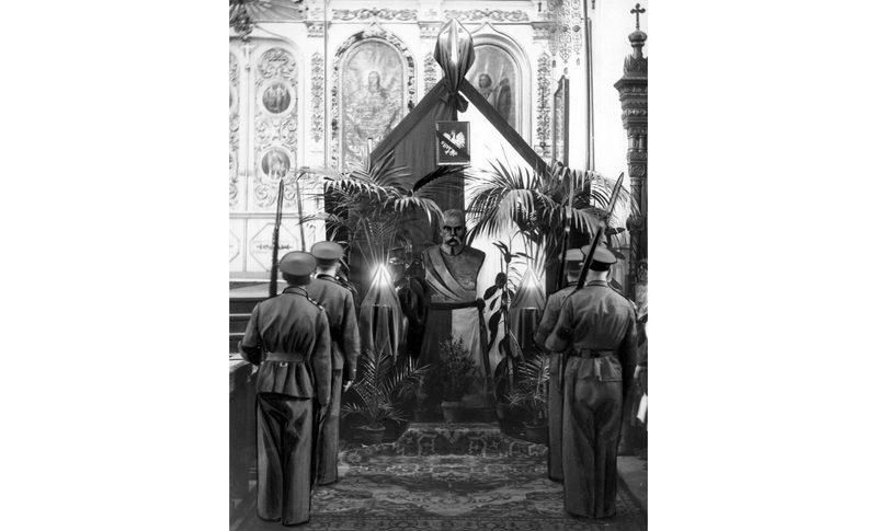 Поминальная служба в православном соборе и почётный караул перед бюстом Юзефа Пилсудского, май 1935