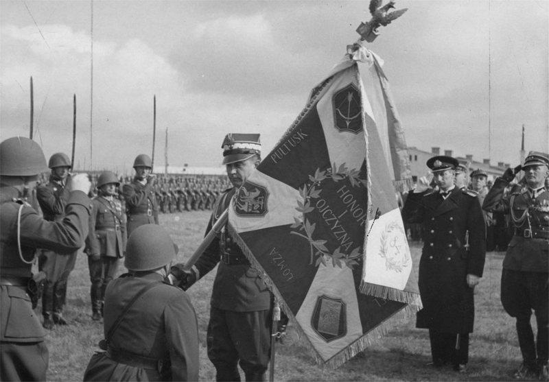 Само вручение. Обратите внимание на «Погоню» на знамени — герб Полесского воеводства.