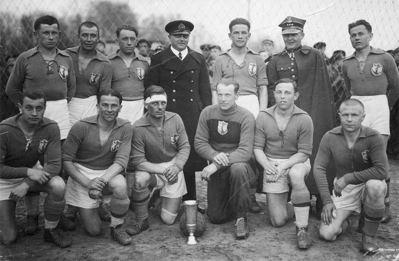 Групповая фотография игроков пинского ВСК «Якорь» после завоевания кубка мэра, 1937