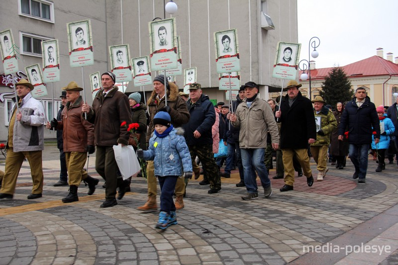 Портреты погибших пинчан в руках у участников шествия