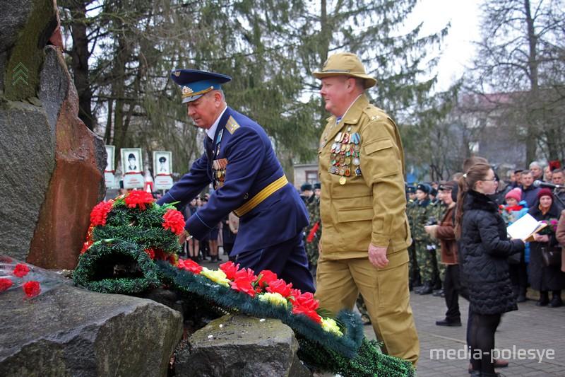 Венки и цветы в память погибших солдат