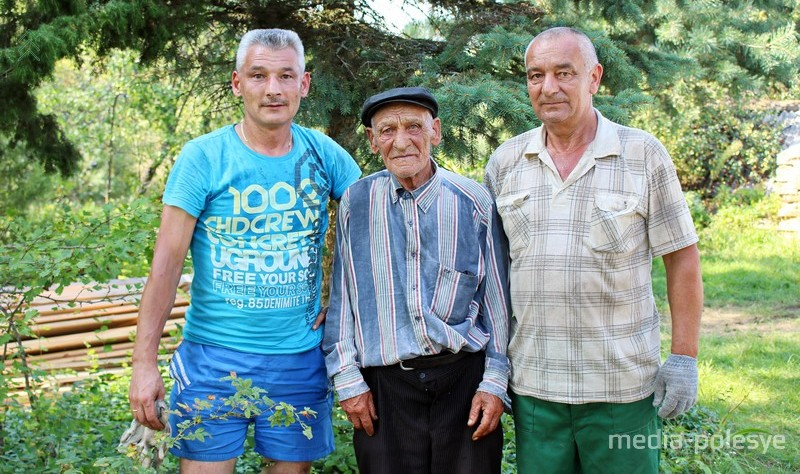 Александр Добровольский с сыновьями Виталием и Михаилом