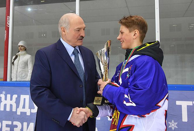 Кубок из рук Александра Лукашенко подучает капитан команды «Олимп» Максим Веренич, ученик СШ №1 г. Лунинца