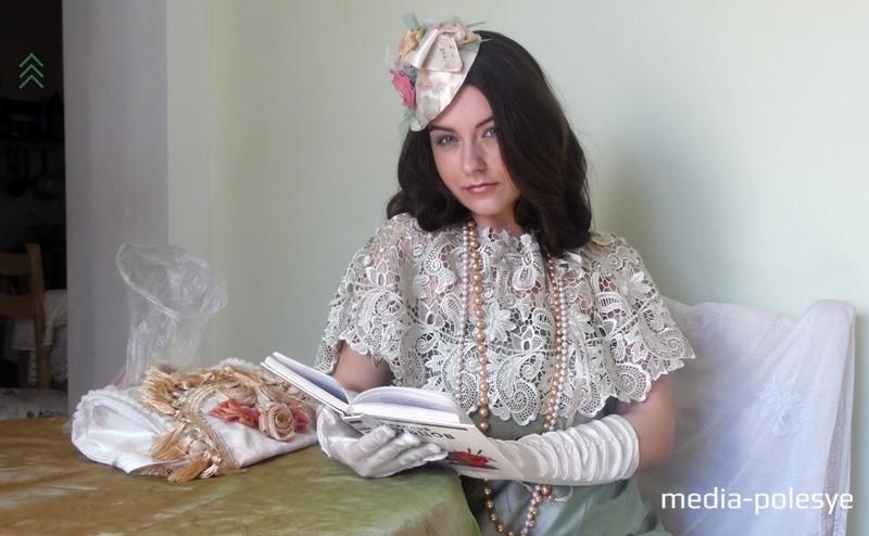 Надев кружевную пелерину, атласные перчатки, она вмиг превратилась в эдакую юную барышню, наполненную романтикой и ожиданием весны