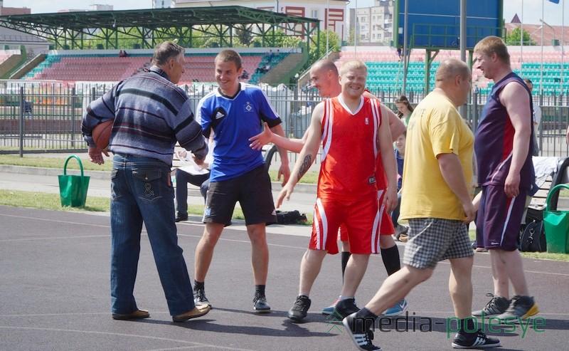 Дружеское рукопожатие после баскетбольного матча