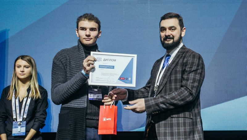 Илья Архипов рассказывает о своем проекте и получает приз от директора ГИАЦ Павла Лиса.