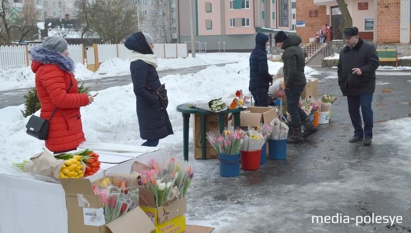 В этом же месте, возле Дома быта, торговали цветами и в прошлом году