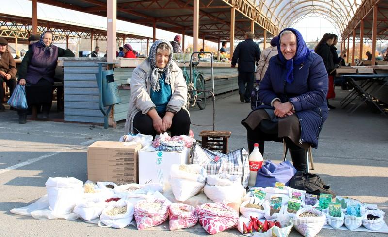 Смотрите, как продают семена в Давид-Городке на рынке