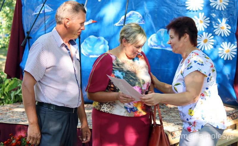Благодарность за хорошее воспитание детей вручает председатель Велемичского сельисполкома Светлана Пашкевич