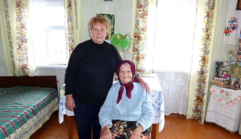 Надежда Илларионовна Яцковец (справа) и Мария Ивановна Трухнова из д.Лунин «зимуют» вместе. Фото Луниенцкого ТЦСОН