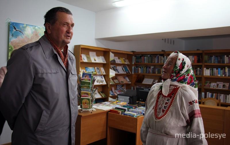 Директор пинского кинотеатра «Победа» Александр Яромчик пришёл узнать у бабы Дани, не родственники ли они. В его родной деревне фамилия Чекун очень распространена