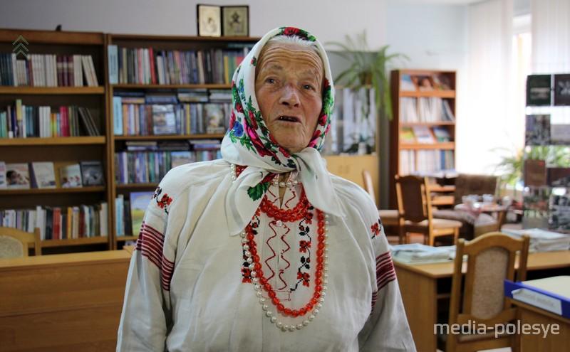 Несмотря на известность и звания. Доминкия Чекун живёт в полесской деревне Старые Кони и сама ведёт довольно большое хозяйство