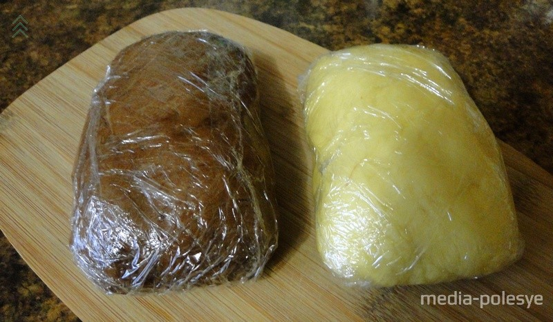 Белое и тёмное тесто заворачиваем в пищевую плёнку и убираем в холодильник на один час