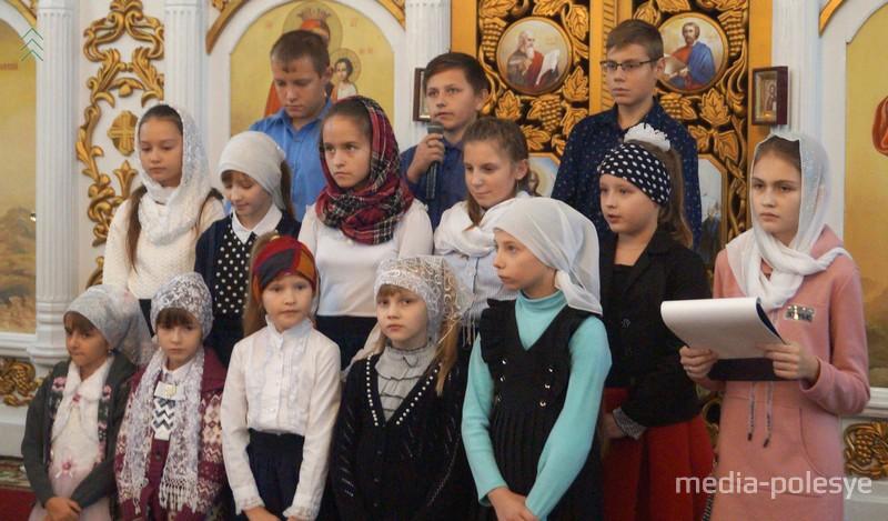 Всех собравшихся с праздником поздравили воспитанники воскресной школы храма