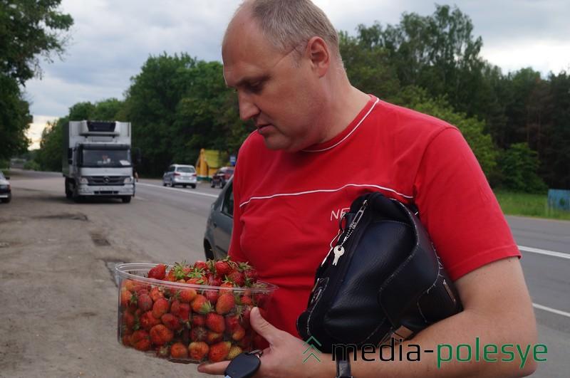 Мужчина говорит, что хочет угостить ягодой свою семью и тещу