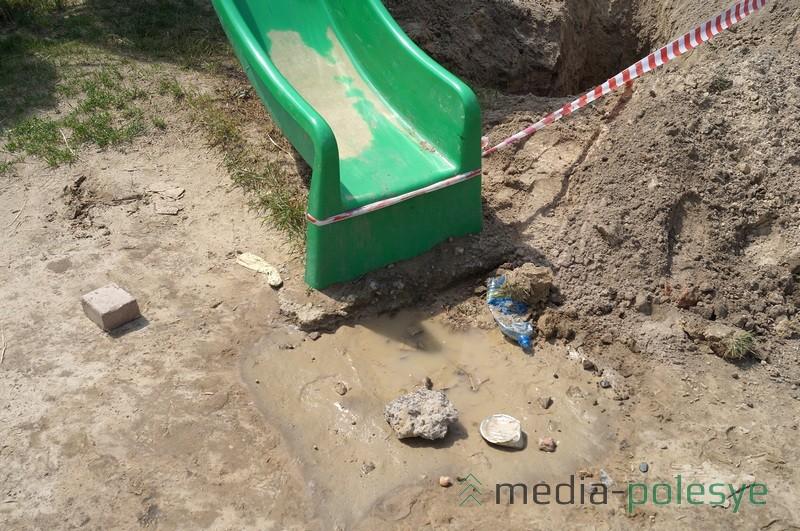 Спустившись с горки, дети падают на куски бетона