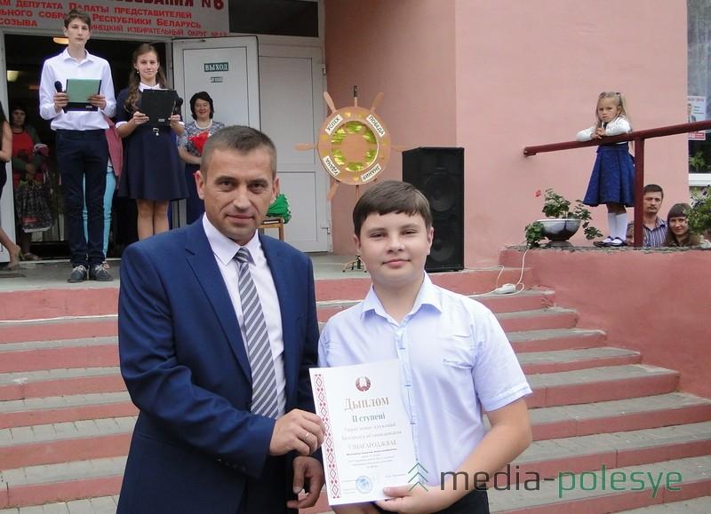Диплом || степени за победу в олимпиаде по физике вручает директор школы Николай Ефимович Городковец