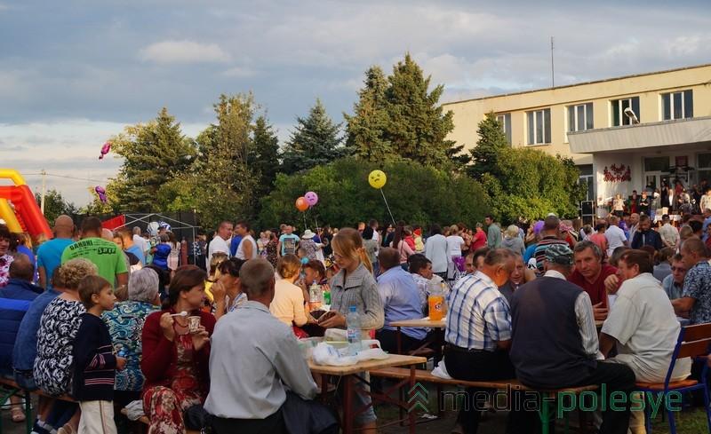 Жители Дятловичей весело проводили время и за столиками