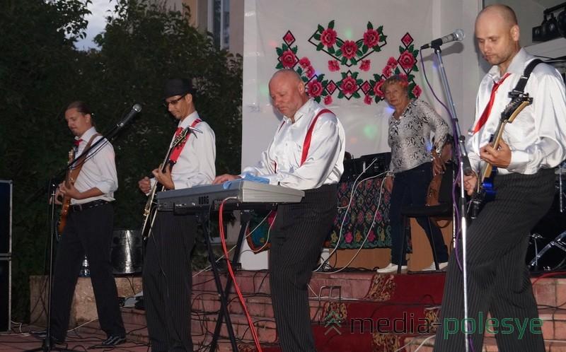 Для жителей Дятловичей выступил кавер-бенд Чикаго из Пинска