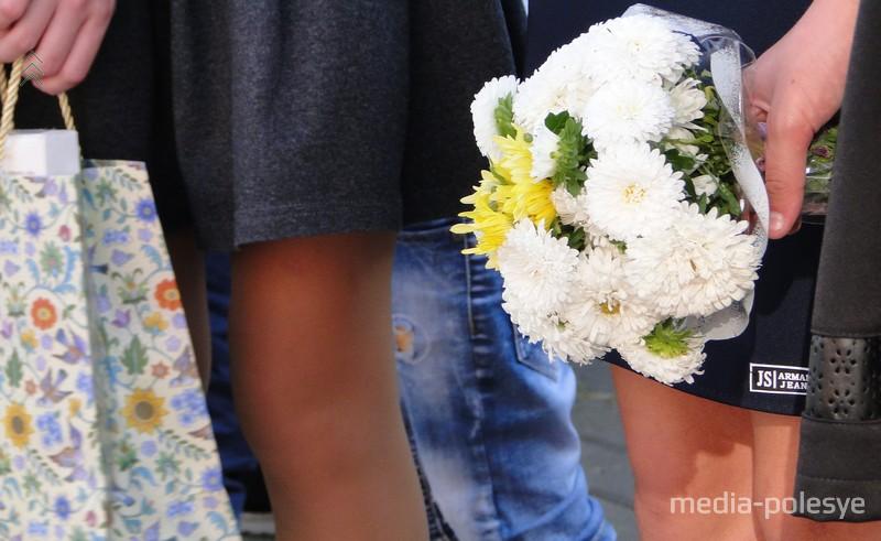 Многие дети пришли на линейку с красивыми букетами цветов в руках