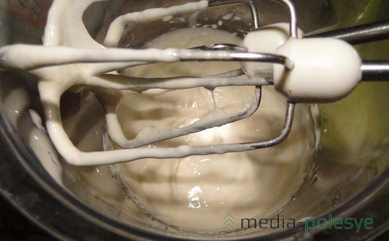 Для крема взбиваем сыр (или сливки) с сахарной пудрой