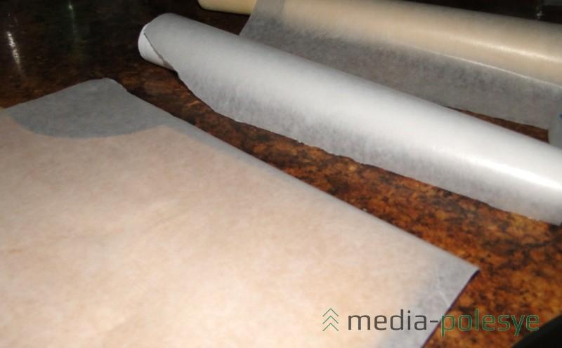 Закрепляем пергамин на скалке и на трубочке меньшего диаметра. Это может быть кусочек трубы для отопления, полочка от пищевой плёнки или фольги