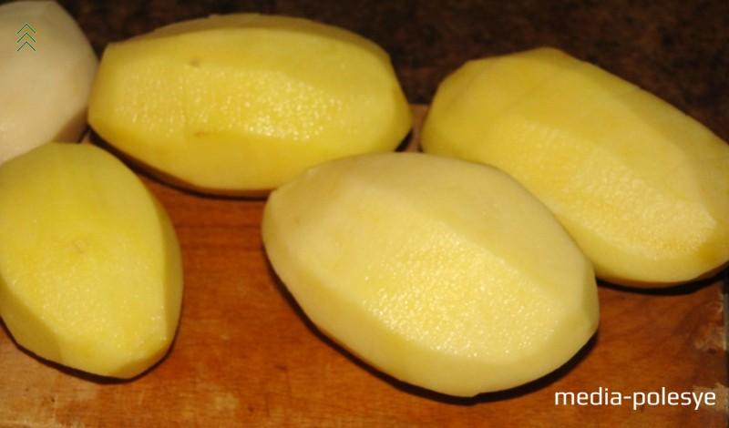 Каждую картофелину разрезать гармошкой, не прорезая клубень до конца. Лучше надрезы делать примерно на одном расстоянии друг от друга