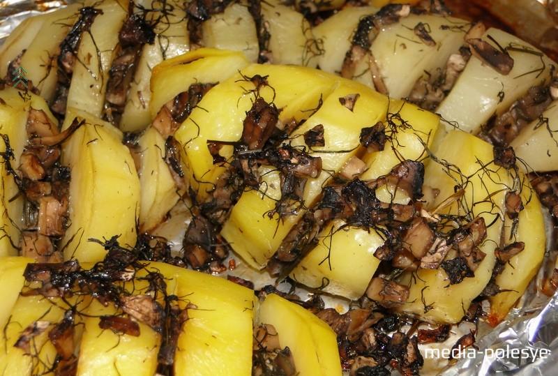 Запекать около 1 часа в разогретой до 200 градусов духовке. За 10 минут до готовности фольгу снять и подрумянить картофель