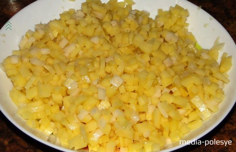 Лук натереть на мелкой тёрке. Картофель очистить, помыть и мелко накрошить. Соединить с луком, чтобы картофель не потемнел. Можно лук и картофель пропустить через мясорубку