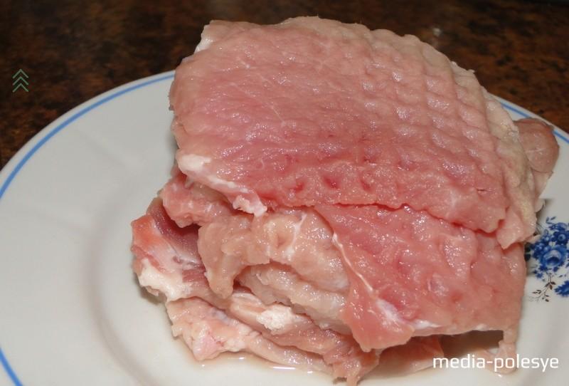 Мясо порезать на кусочки, отбить и замариновать. В глубокую ёмкость выложить отбитые кусочки и залить гранатовым соком. Оставить на 30-40 минут