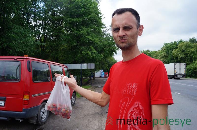 Виталий из Бреста специально остановился на фуре, чтобы попробовать первой лунинецкой клубники