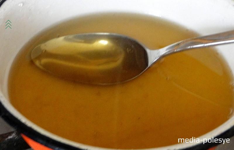 Пока пахлава выпекается, готовим  медовую заливку. Воду с оставшимся сахаром ставим на огонь и доводим до кипения. Затем на слабом огне, помешивая, варим 5–7 минут. В целях сохранения всех полезных свойств мёда, растворяем мёд в уже слегка остывшем сиропе