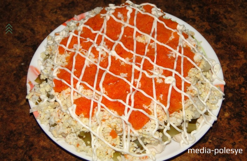 Далее - вареные яйца, затем – морковь. И снова – решётка из майонеза