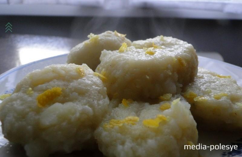 Картофельные галушки можно подать с цедрой лимона или измельченной зеленью