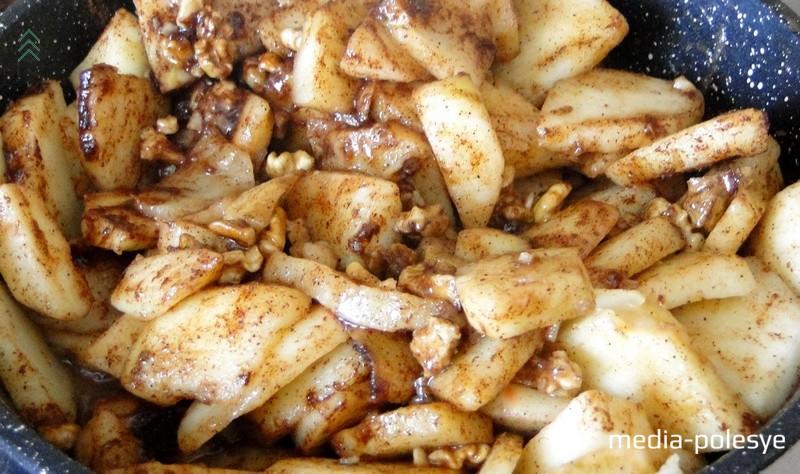 Яблоки очистить от кожуры, нарезать на небольшие кусочки. Обжарить на сливочном масле с дроблёными грецкими орехами и корицей около 10 минут