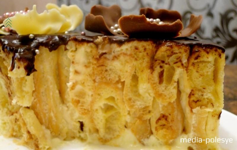 Торт получается хорошо пропитанным, не приторно сладким с очень мягким (воздушным) заварным тестом
