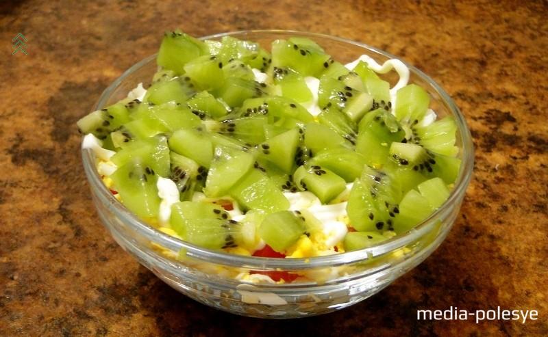 Салат можно выкладывать как порционно, так и на общее блюдо. Приятного аппетита!
