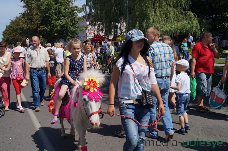 Дети с радостью катались на пони