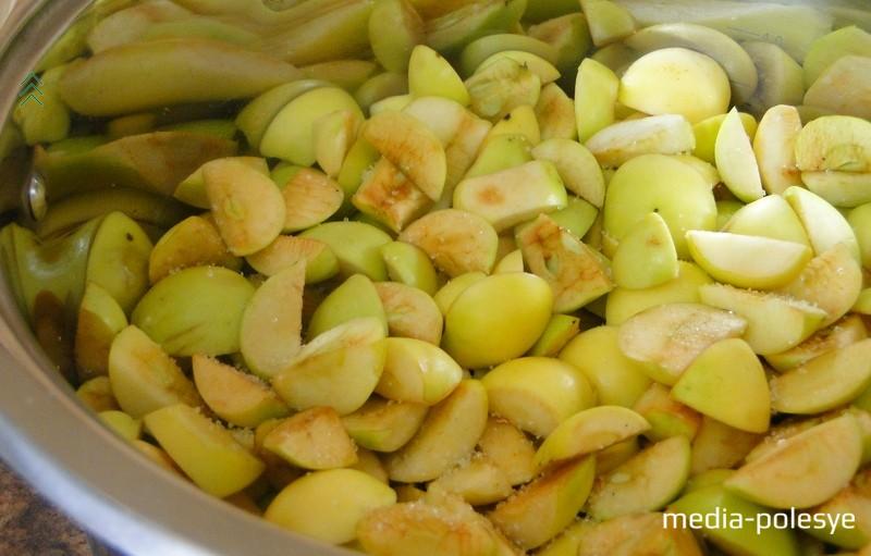Яблоки хорошенько вымыть, обсушить, удалить сердцевину и, конечно же, вырезать все несовершенства. Часто с яблок срезают кожуру, но я этого не делала