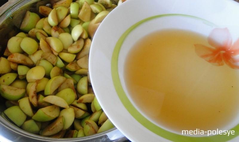 Яблоки мелко режем и складываем в ёмкость подходящего размера. В процессе нарезки яблоки периодически пересыпаем сахаром. На этой стадии не нужно добавлять много сахара. У меня на 5-литровую кастрюлю яблок ушло  4–5 столовых ложек сахара. Пересыпанные сахаром яблоки накрываем и оставляем в тепле на сутки или ночь. Вот сколько они за это время дадут сока
