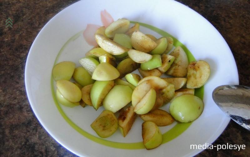 Когда яблоки постоят ночь и дадут сок, ставим кастрюлю с яблоками на плиту и под крышкой варим их до полной мягкости. Перед началом варки можно отложить  немного яблок (примерно 4–5 столовых ложек), которые позднее добавим в уже уваренную яблочную массу для «мраморного» эффекта