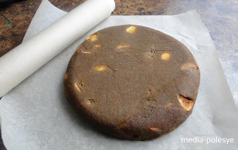 В процессе сушки сыр периодически переворачиваем. Точных указаний, сколько именно сушить сыр, нет. Если говорить в среднем, то обычно бывает достаточно 2–3 дня. В процессе сушки сыр должен стать упругим и плотным