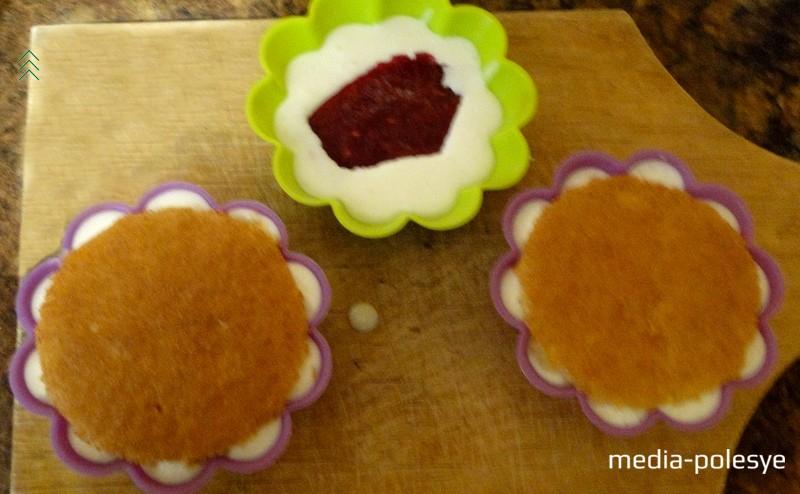 Затем кладём ягодную прослойку, заливаем её муссом