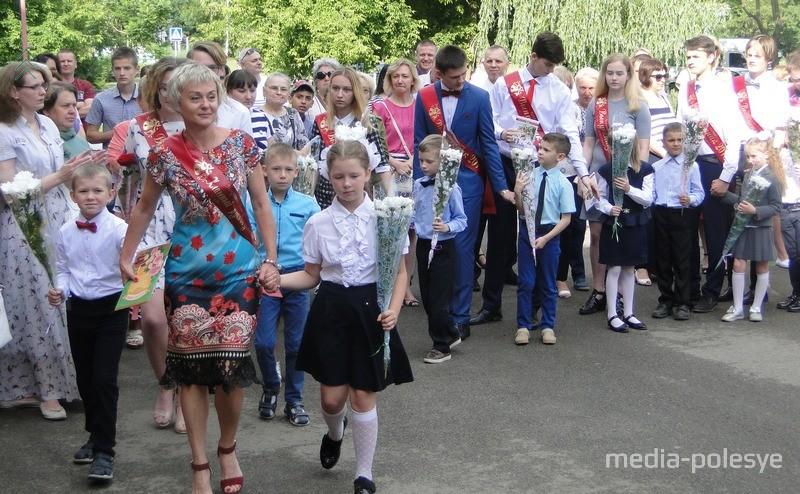 Торжественное шествие одиннадцатиклассников