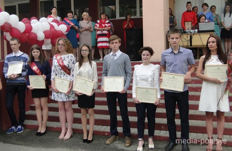 """Сертификаты талантливым учащимся на получение специальной стипендии от Фонда """"Новое поколение"""""""