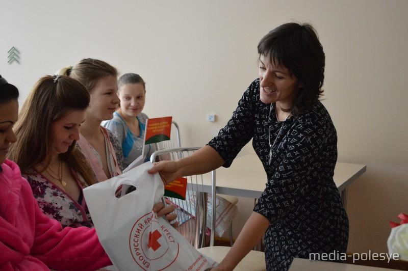 Самое необходимое для новорожденных мамам вручила председатель РОО БОКК Татьяна Коцуба