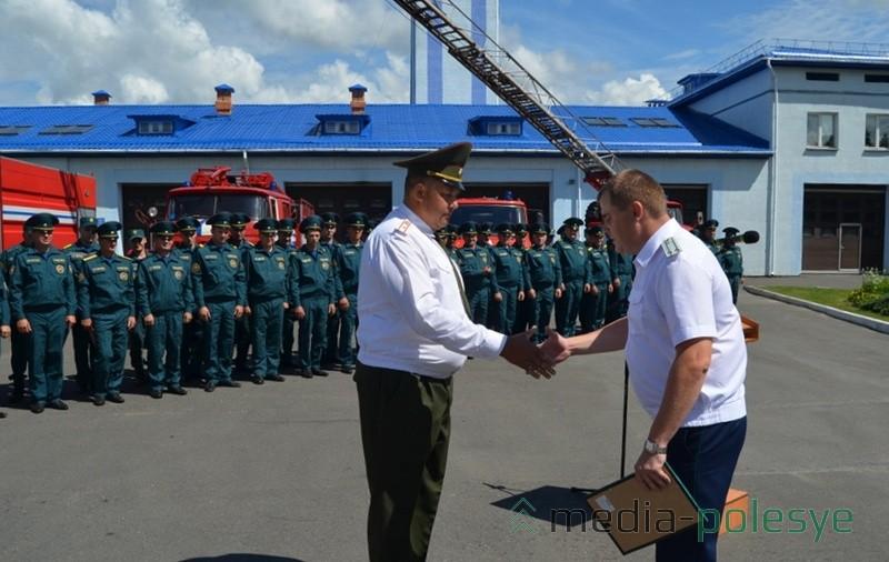 Прокурор района вручил грамоту ст.инспектору ИНиП Лунинецкого РОЧС Сергею Невдаху