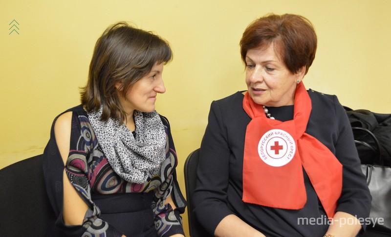 Председатель Лунинецкой районной организации Красного Креста Татьяна Коцуба и региональный координатор программ по противодействию и предотвращению торговли людьми по Брестской области Нина Саваневская