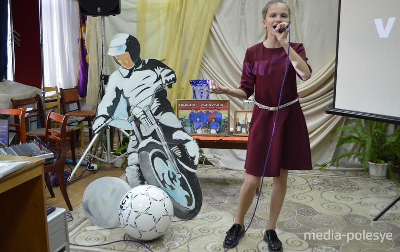Поёт Ангелина Грушевская