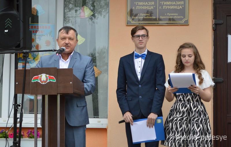 Об итогах учебного года, а также с пожеланиями в адрес выпускников выступил директор гимназии Александр Грушевский
